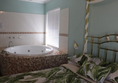 Busselton-Holiday-Home-Driftwood Main Bed 1
